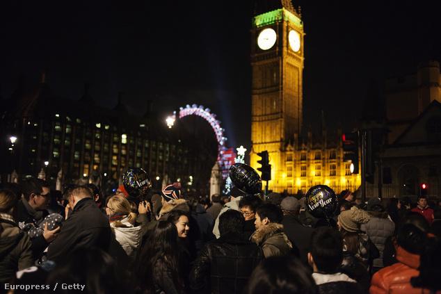 Ünneplő tömegek - idén már csak jeggyel lehet tűzijátékot nézni
