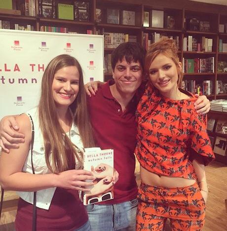 Bella Thorne ezúttal nem egy filmpremierre érkezett Abodi Dóra ruhájában, hanem saját könyvének dedikálására.