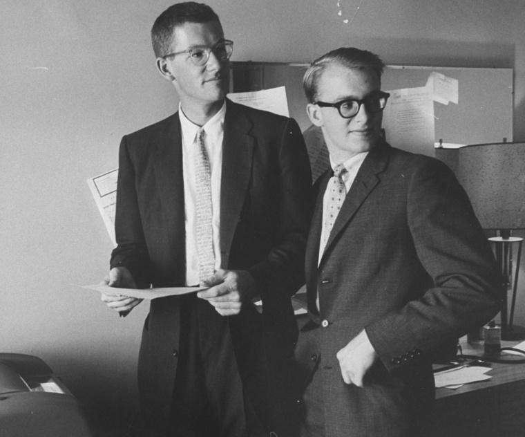 A vastagabb szemüveges, alacsonyabb úriember Mr. Rockefeller.