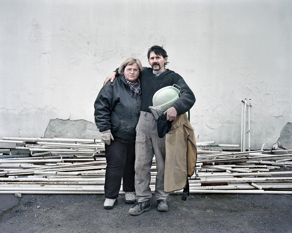 Homokfúvó tisztítással foglalkozó házaspár a hajdanán több ezer főt munkáltató békéscsabai baromfi-feldolgozó üzem kiüresedett telephelyén. Régóta foglalkoztat a rendszerváltást követő ipari leépülés, és az ezzel járó társadalmi jelenségek, így kerültem Békéscsabára is. Ezen az elcsendesedett ipari területen dolgozó emberrel találkozni nem igen lehetett. Hétvégi nap volt, és ők ketten mégis túlóráztak.                          Nehéz helyzetük ellenére kettejük kapcsolata tele volt energiával, ezt szerettem volna megmutatni.
