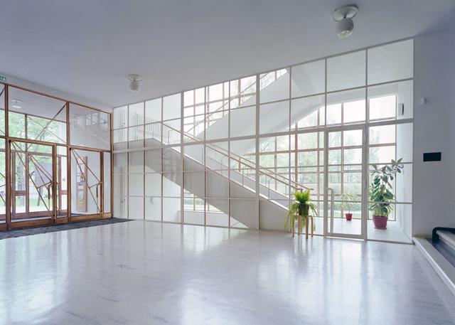 A project két évtized alatt fejeződött be, miközben a könyvtár kétszer is felkerült a World Monuments Watch által szerkesztett, veszélyben lévő modernista épületek listára.