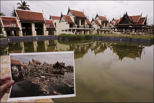 A nagy kép 2005 októberében készült a thaiföldi Khao Lakban, a cunami után még egy évvel is zárva tartó Sofitel Magic Lagoon Hotelben, ahol 210 ember vesztette életét. A kis képen a 2004 december 26-os állapot látható.