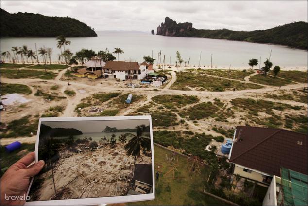 A nagy képen a thaiföldi Koh Phi Phi látképe egy évvel a cunami után. A szigeten 2400 halálos áldozatot követelt a szökőár, a kis képen ugyanez a sziget látható 2004. december 30-án.