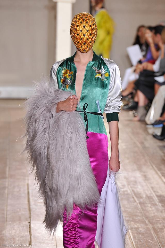 Innen nézve annyira nem is meglepő a hullámmal szembe menő designer gyűjteménye, amit a 20.század elejének trendjei valamint az ötvenes évek japán hímzései ihlettek.