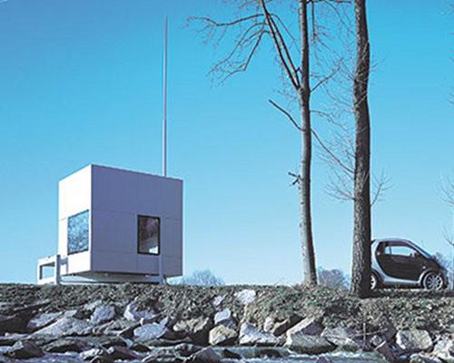 Hasonlóképpen bárhova integrálható a microcompacthome.com könnyű alumínium szerkezetes, mindössze 2.6 x 2.6 méteres alapterületű kisháza, melybe belezsúfoltak egy kétszemélyes ágyat, fürdőszobát és egy konyhával felszerelt étkezőt, ahol akár 4-5 ember is kényelmesen elfér.