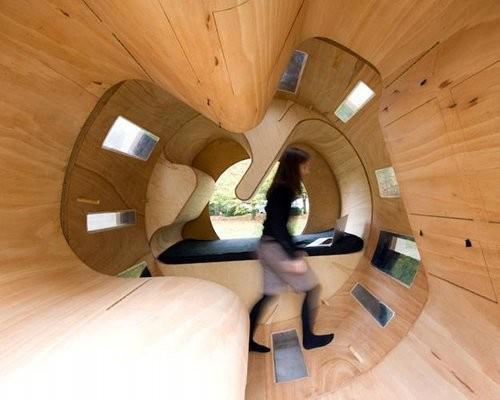 A karlsruhe-i egyetem diákjai elegáns, modern hatást keltő moduláris házakban alakították ki a kis életterüket. A ház egyfajta mókuskerékként működik, a háztulajdonos ugyanis sétálás közben akár meg is változtathatja annak szerkezetét, ha akarja.
