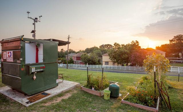 36 négyzetméteren él a Huston-Tillotson Egyetem campusán az egyik professzor, Jeff Wilson, aki önszántából költözött az austini konténerbe.