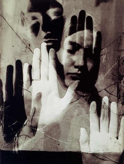 Az amerikai művészt, igazi nevén Emmanuel Radnitzkyt hivatalosan dadaista és szürrealista művészként tartják számon, pedig a Williamsburgból Párizsba szakadt Man Ray jól ismert avantgárd és divat fotóiról is a világban.