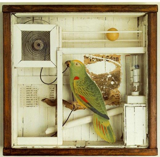 Az 1903-ban született Cornellt munkája során elsősorban a szürrealisták befolyásolták, de meghatározó úttörője volt az assemblage irányzatnak is. A New York-i származású művész állítólag naponta megfordult a manhattani könyvesboltokban és antikváriumokban inspiráció és anyagok után kutatva.