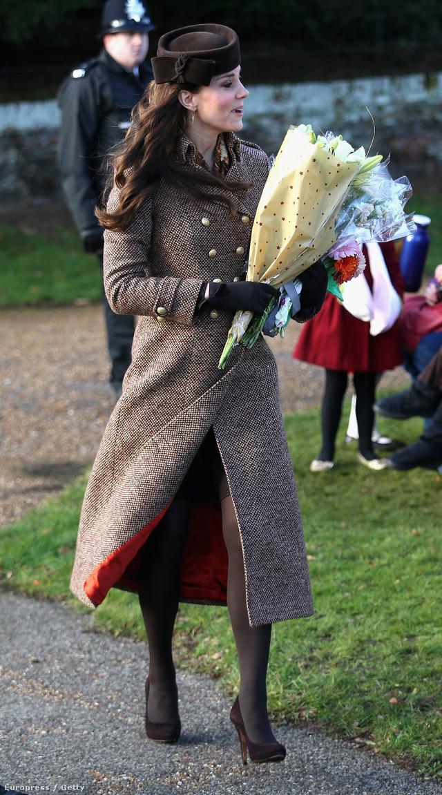Moloh kabát, 685 fon, 2012 ősz-tél. A hercegné 2014 karácsonyán lejtett el benne a Sandringham-i templomba.
