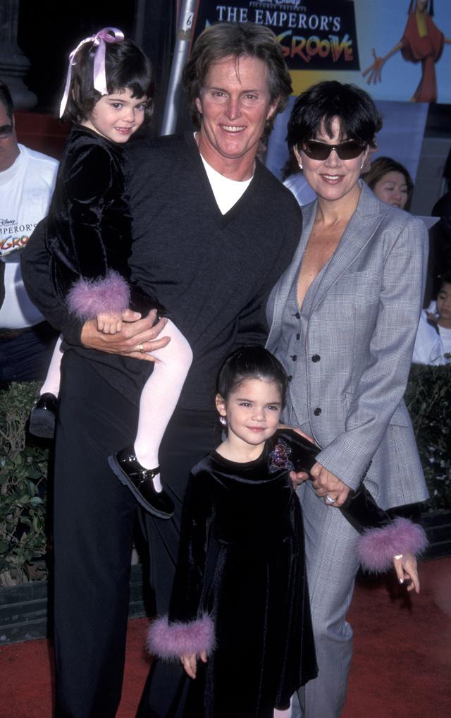 Toll-zsabókkal díszített fekete bársonyruhában vitték el szülei az Eszeveszett birodalom premierjére 2000-ben.