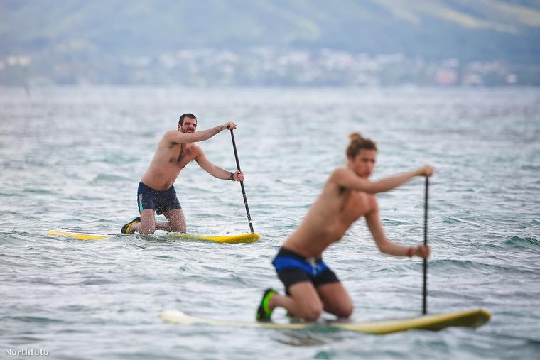 A Star Trek színésze és modell-festő barátja Hawaiion paddleboardozik