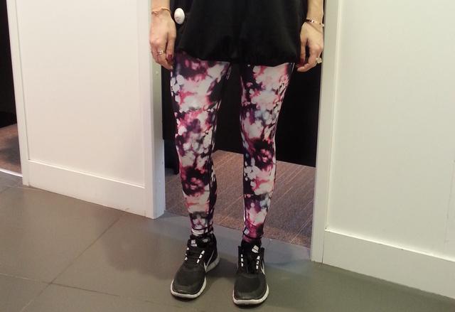 H&M nadrág 5990 forint, alsó, szűk póló (ami nem látszik) 2990 forint, bő felső 3990 forint.