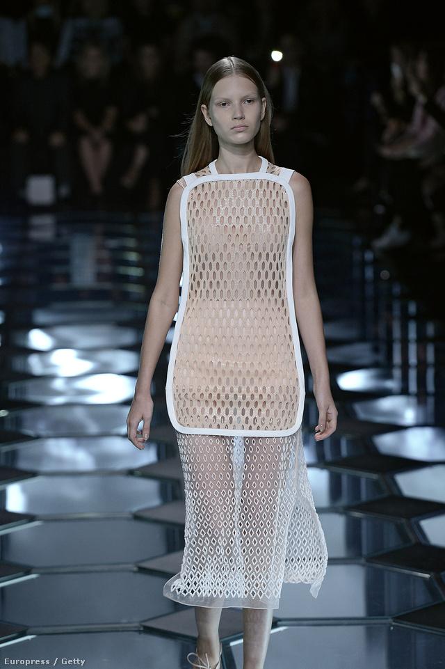 Átlátszó ruha a Balenciaga kifutóján.