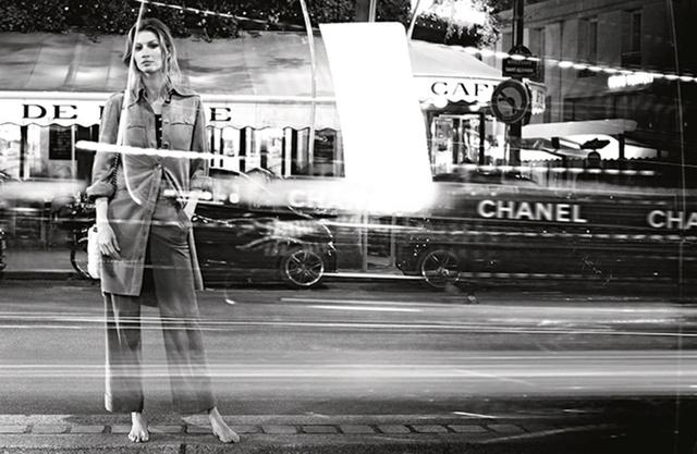 A brazil modell mezítláb járta végig Párizs nevezetteségeit.
