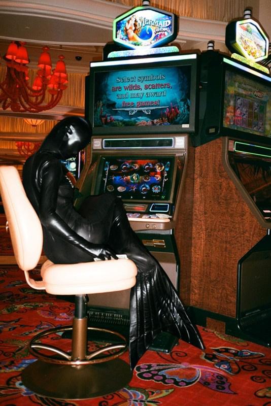 """""""Múlt hétvégén meghívtak minket egy születésnapi buliba Las Vegasba és egy csomó helyre elvittük Permaidet is. A kaszinók általában merevek ilyen szempontból, de valahogy sikerült őket megkerülni , beültetni Permaidet a játékgépek közé és lekapni. """""""