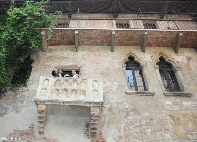 Esküvő a híres erkélyen