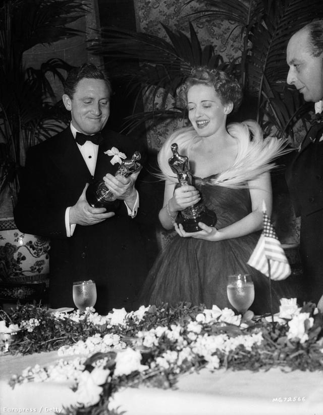 Spencer Tracy és Bette Davis, aki egy merész tollas ruhában ment az 1939-es Oscar gálára.