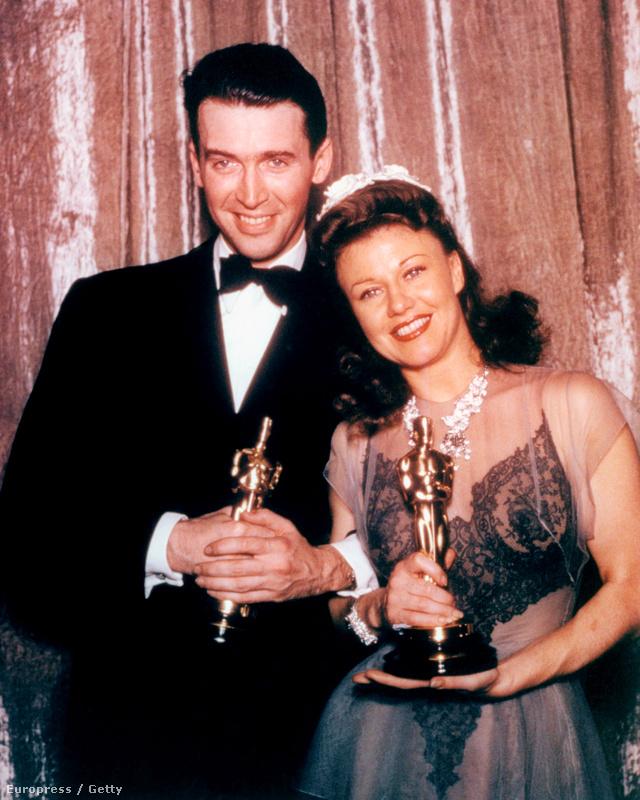 James Stewart és Ginger Rogers, aki egy csipke betétes estélyiben vette át az Oscar szobrot 1941-ben.