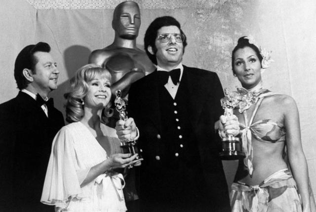 Cher mintha a strandról ugrott volna be az Oscar gálára 1974-ben.