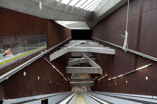 Érdekes formák ronda és burkolatlan anyagból a Fővám téri metrómegállóban