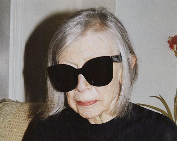 A francia Céline művészeti vezetője is látott fantáziát az idős modellek alkalmazásában, az ő választása az amerikai irodalom egyik legmegmeghatározóbb kortárs írójára, a Salvador és az Imádságoskönyv című könyvek írónőjére, a 80 éves Joan Didionra esett