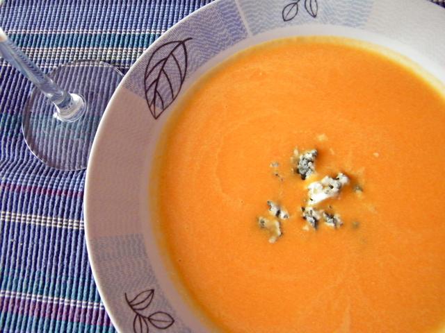 A leves közepén további rokfort darabok ülnek