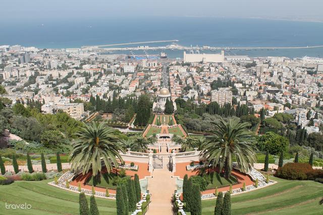 Kilátás a Bahá'i kert tetejéről