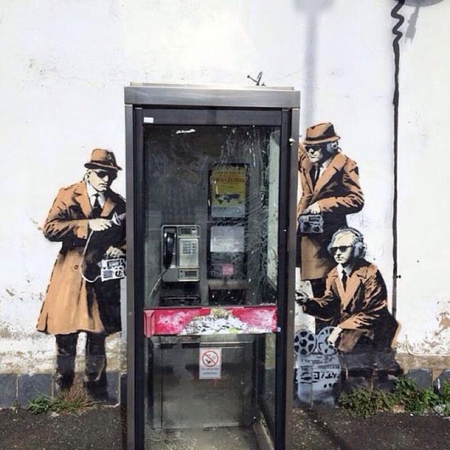 A listát a street art egyik legismertebb képviselője, a kilétét titkoló bristoli Banksy vezeti azzal a falfestménnyel, melyet a Cheltenhamban található brit Kormányzati Kommunikációs Központ falára fújt fel 2014 tavaszán. A mű három ügynököt ábrázol, akik telefonbeszélgetéseket hallgatnak le egy lepukkant telefonfülkénél.