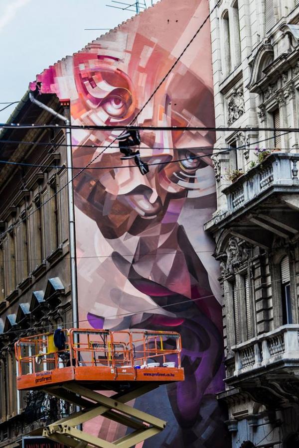 A wroclawi képzőművészeti egyetemen szobrászként végzett Lukas Berger Cekas művésznéven festi a falakat. A lengyel Fat Cap Crew tagja 80 m2 felütetre festett a budapesti Akácfa utcában.
