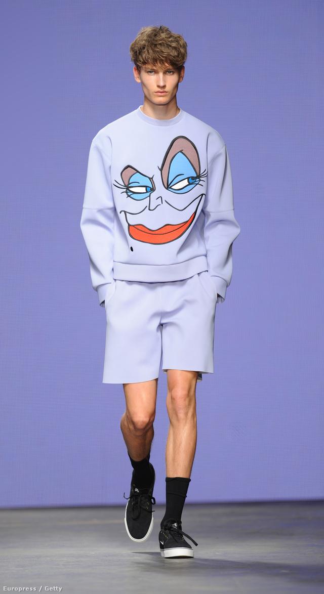 Andersen klasszikusáról valószínűleg nem most hallunk utoljára, de a 2015-ös tavaszi-nyári kollekciókat felvonultató londoni férfi-divathét egyik legnagyobb szenzációja kétségkívül az a vigyorgó Ursula arccal díszített liláskék pulóver volt, amit a brit tervező, Bobby Abley tett kifutóra.