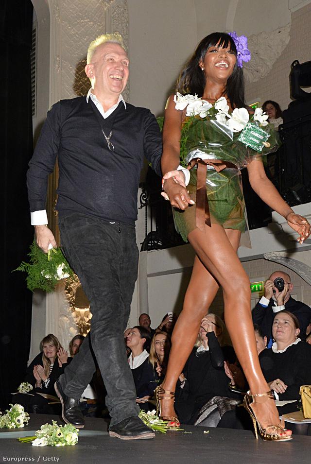 Jean Paul Gaultier és a menyasszonyi csokornak öltöztetett Naomi Campbell.