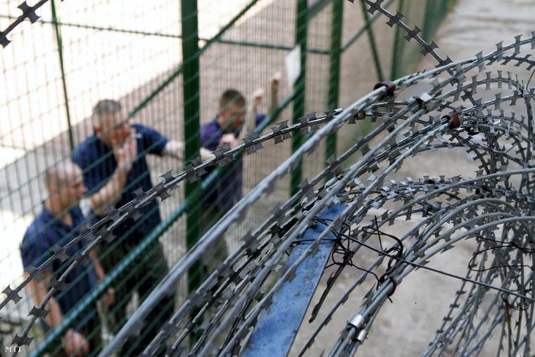 Fogvatartottak a Borsod-Abaúj-Zemplén Megyei Büntetés-végrehajtási Intézet udvarán Miskolcon 2013. július 30-án.