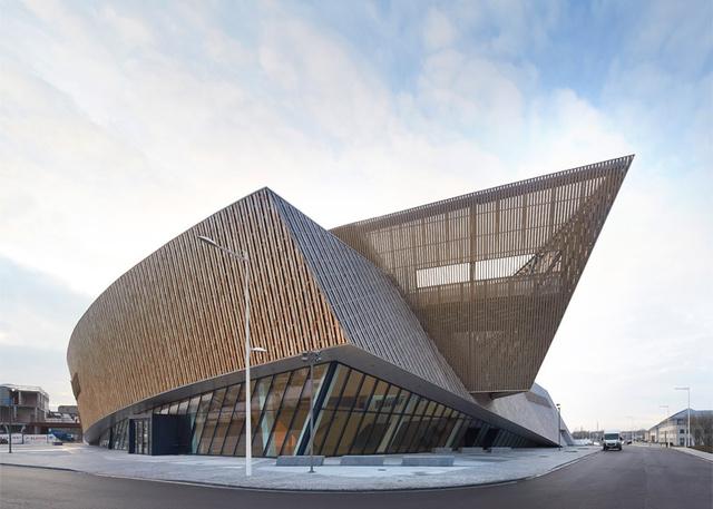 A napokban nyitotta meg kapuit a monsi Kongresszi Központ, melyet a belga királyi pár jelentében adták át az Európa kulturális fővárosa 2015 elnevezésű program keretében.