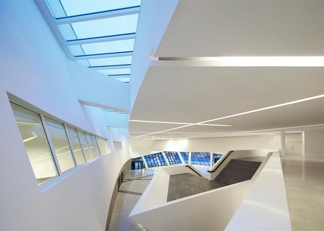 Libeskind legújabb épületének egyes külső és belső részei a szakemberek szerint  az építész korábbi munkáival, a drezdai Hadtörténeti Múzeummal illetve azzal a média központtal mutatnak hasonlóságot,amit a hongkongi egyetemnek tervezett 2011-ben.