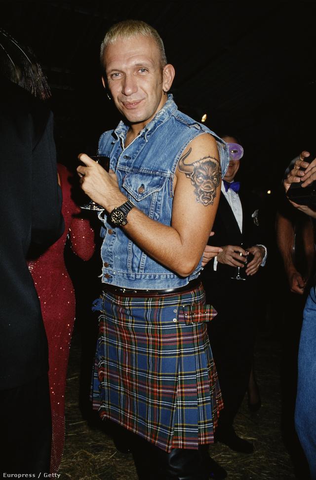 Egy 23 évvel ezelőtti kép a tervezőről. Ő maga is szívesen hordta a férfiaknak tervezett szoknyáit.
