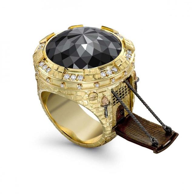 Egyes oldalakon már az új Fabergé tojásként emlegetik a londoni székhelyű különc ékszerész, Theo Fennell gyűrű kreációit.