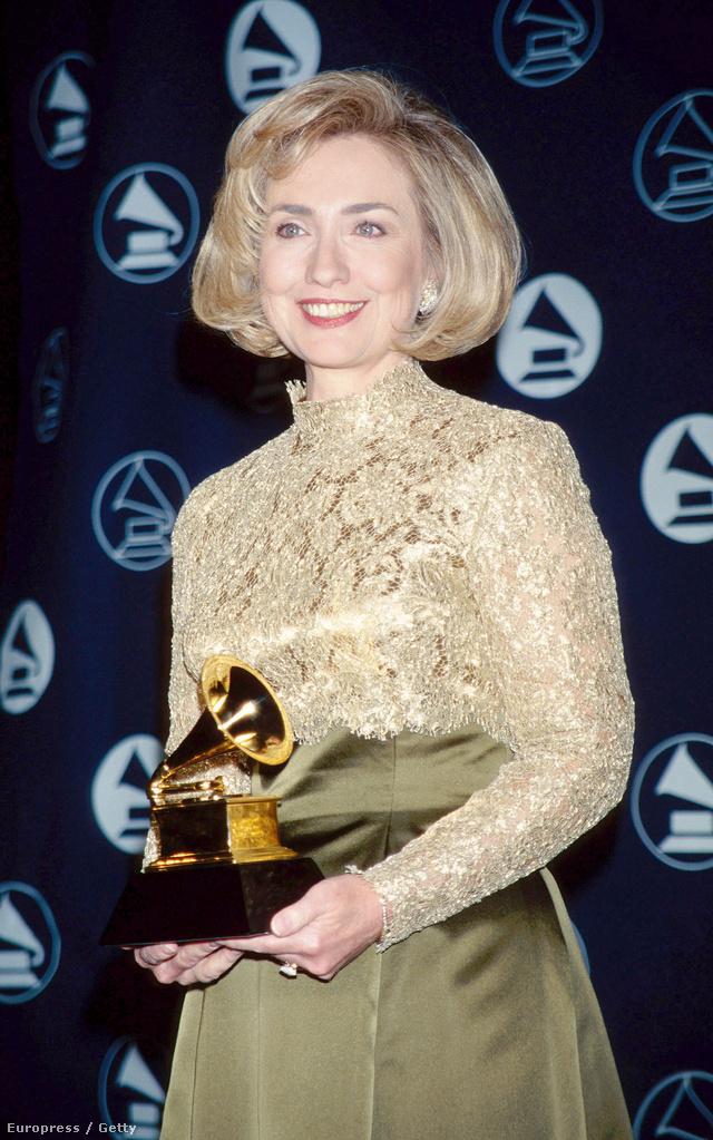 """Hillary Clinton, 1997:  az megvolt, hogy ő is kapott Grammy díjat? Mégpedik a """"Best spoken word album"""" kategóriában."""