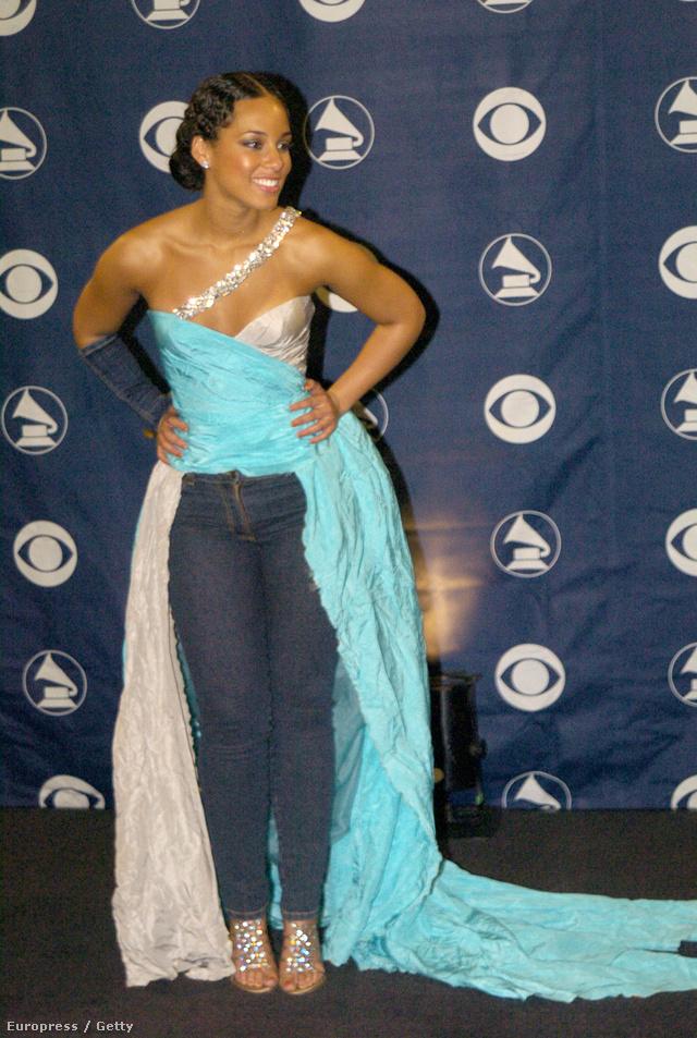 A legérthetetlenebb szerelés mind közül Alicia Keys-hez és a 2004-es Grammyhez kapcsolódik. FARMERNADRÁG van a félig megtépett, köves nyakú estélyi alatt!!!