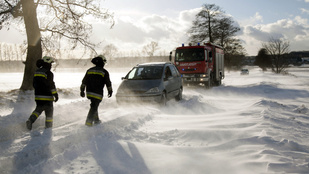 Autók akadtak el a dunántúli hófúvásban