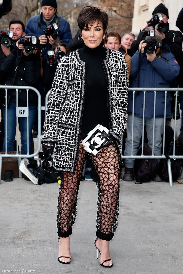 Kris Jenner 59 évesen bevállalt egy ilyen áttetsző nadrágot a Chanel showra.