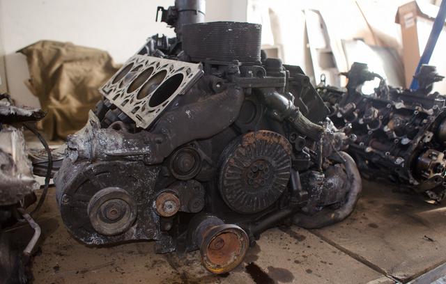 Így néz ki egy megégett győri V10, miután megszabadítják a hengerfejtől és ráolvadt műanyagoktól