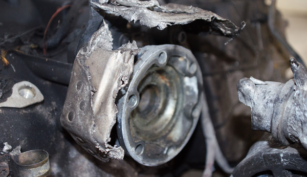 A hátsó kihajtás, körülötte fémcafatok