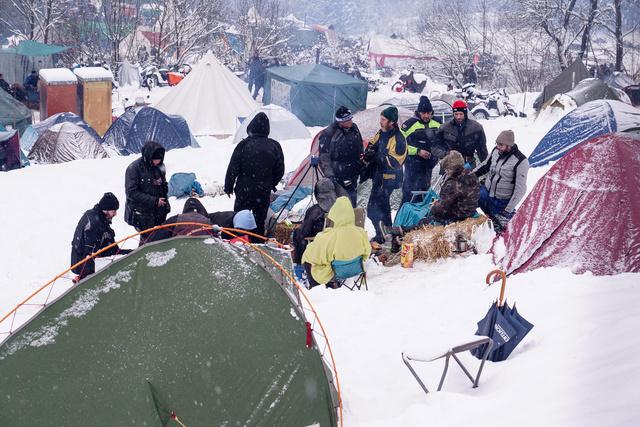 A kevésbé hardcore-kempingezők csak egyszerű sátrakat állítottak