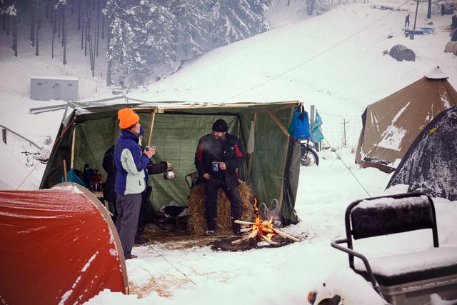 Csak egy ponyva, ami véd a hótól, tábortűz, meg szalma a hálózsák alá