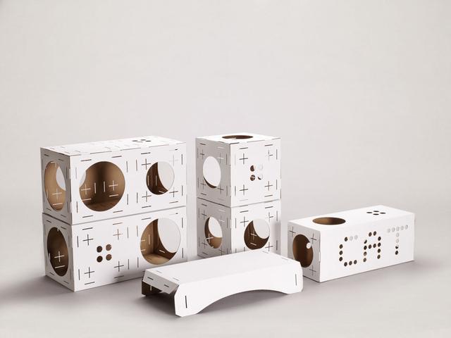A Blocks néven futó moduláris csomag egy biológiailag 100 százalékban lebontható, újrahasznosított  anyagból készült személyre szabott kollekciót tartalmaz, mely könnyű, de strapabíró kartonból készült, egymásba illeszthető elemeket, gerendákat, kockákat valamint egy átjárót is tartalmaz. – írja a desingmilk.com.