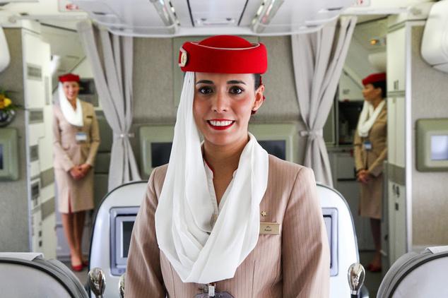 Stewardess az Emirates járatán