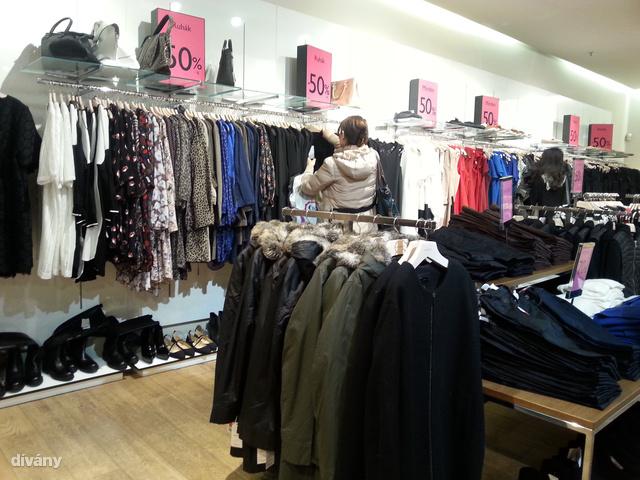 Mango: a WestEndben hegyekben áll a leárazott holmi, a Mammutba viszont ne menjen, ha olcsóbban szeretne téli ruhát, ott már a tavaszi kollekció várja!