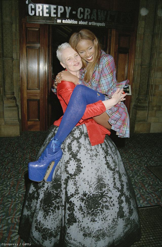 A punk tervezőnő a kilencvenes években még nem szétvert arcú modellfiúkkal, hanem világhírű szupermodellekkel adta el őszi-téli kollekcióját. A 23 évvel ezelőtti londoni divathét egyik legemlékezetesebb pillanata vitathatatlanul a Westwoodot kockás ruhában és királykék platform cipőben átölelő Naomi Campbell volt.