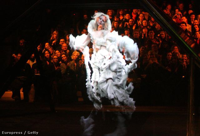 Kate Moss hologram Alexander McQueen 2006-os őszi-téli kollekciójának bemutatóján.